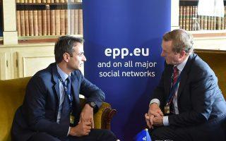 Ο πρόεδρος της Ν.Δ. Κυριάκος Μητσοτάκης συνομιλεί με τον πρωθυπουργό της Ιρλανδίας Εντα Κένι κατά τη συνάντηση που είχαν στο περιθώριο της Συνόδου Κορυφής του ΕΛΚ. Οι ζυμώσεις είναι συνεχείς, ενόψει ανακατατάξεων λόγω Brexit.