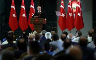 Ο Ταγίπ Ερντογάν, υπό την πίεση οικονομικών και πολιτικών παραγόντων, «χαμήλωσε τη μύτη του», αλλά παρέμεινε «σουλτάνος».