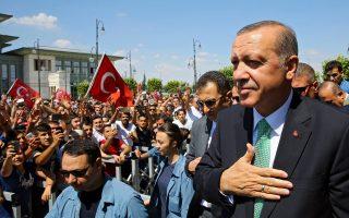 Ο πρόεδρος της Τουρκίας Ταγίπ Ερντογάν μιλάει στο συγκεντρωμένο πλήθος αμέσως μετά την προσευχή της περασμένης Παρασκευής στην Αγκυρα. Ωρες πριν, είχε κηρύξει τη χώρα σε κατάσταση εκτάκτου ανάγκης για τους επόμενους τρεις μήνες, ενώ συνέχιζε τις εκκαθαρίσεις σε όλη την κλίμακα του κρατικού μηχανισμού.