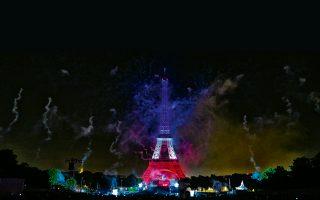 Οι καπνοί από τα τελευταία βεγγαλικά της παριζιάνικης γιορτής για την 14η Ιουλίου σκεπάζουν τον Πύργο του Αϊφελ, την ώρα που η Νίκαια βάφεται με το αίμα αθώων.