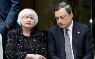 O διοικητής της ΕΚΤ Μάριο Ντράγκι και η ομόλογός του της FED Τζάνετ Γέλεν. Παρά τις προσπάθειες των κεντρικών τραπεζών να τροφοδοτήσουν με απεριόριστη ρευστότητα τις τράπεζές «τους», η απώλεια εμπιστοσύνης καθιστά τις συνθήκες αναχρηματοδότησης κρατών, τραπεζών και επιχειρήσεων δυσκολότερες.