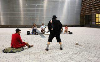 Πρόβες στο αίθριο του Μουσείου Μπενάκη, στην Πειραιώς. Η σκηνοθέτις Νατάσα Τριανταφύλλη και οι συνεργάτες της προετοιμάζονται πυρετωδώς για το κλασικό πια μπεκετικό «Περιμένοντας τον Godot».
