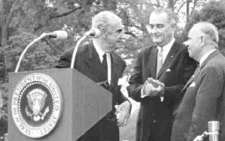 Ο Γ. Παπανδρέου με τον πρόεδρο των ΗΠΑ, Λίντον Τζόνσον, κατά τη διάρκεια της επίσκεψής του στην Ουάσιγκτον. Ο Ελληνας πρωθυπουργός διαχειρίστηκε ένα διεθνές ζήτημα με το βλέμμα στραμμένο στην εσωτερική κοινή γνώμη και κατέληξε όμηρός της.