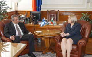 Ο υπουργός  Εθνικής Άμυνας Πάνος Καμμένος συνομιλεί με την πρόεδρο του βουλγαρικού Κοινοβουλίου Τσέτσκα Τσάτσεβα.