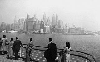 To «skyline» του Μανχάταν αναδύεται μέσα από την ομίχλη ένα πρωινό του 1955, κατά την άφιξη των Ελλήνων Fulbrighters με το υπερωκεάνιο «Olympia».