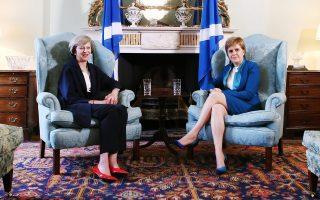 Η νέα πρωθυπουργός της Βρετανίας, Τερέζα Μέι (δεξιά) και η πρώτη υπουργός της Σκωτίας, Νικόλα Στέρτζον.