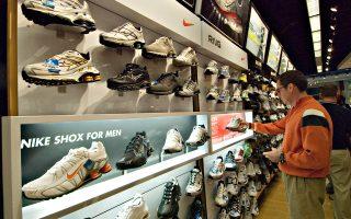 O Φιλ Νάιτ δανείστηκε πενήντα δολάρια από τον πατέρα του για να εισαγάγει από την Ιαπωνία παπούτσια στίβου υψηλής ποιότητας και χαμηλού κόστους. Πουλώντας τα από το πορτμπαγκάζ του, έκανε τζίρο την πρώτη χρονιά, το 1963, οχτώ χιλιάδες δολάρια. Σήμερα, οι ετήσιες πωλήσεις της Nike φτάνουν τα 30 δισ. δολάρια.