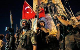 Στρατιώτες με τα όπλα στα χέρια στην πλατεία Ταξίμ, ενώ την ίδια ώρα πλήθος υποστηρικτών του Ρετζέπ Ταγίπ Ερντογάν συνέρρεε για να διαδηλώσει εναντίον του πραξικοπήματος.