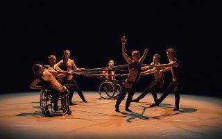 Εκτός από ανθρώπινα σώματα, οι χορογράφοι έχουν στη διάθεσή τους αμαξίδια, πατερίτσες και χορευτές με τεράστια δύναμη θέλησης
