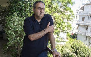 Ο Γιάννης Μπισάρας γεννήθηκε και μεγάλωσε στη Δαμασκό. Ήρθε στην Αθήνα το 1977 για σπουδές και μέχρι σήμερα ζει στην Ελλάδα. Είχε να επισκεφτεί την πατρική του γη πάνω από πέντε χρόνια, μετά το ξέσπασμα του εμφυλίου. (Φωτογραφία: Enri Canaj)