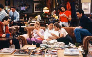 Σε ένα επεισόδιο των «Friends», η παρέα χαζεύει παλιές, ασπρόμαυρες φω- τογραφίες της οικογένειας του Ρος και της Μόνικα. Με ένα μικρό τίμημα.