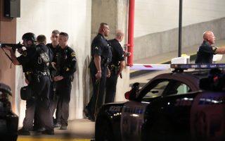 Μετά τις επιθέσεις που δέχθηκαν, οι αστυνομικοί απάντησαν, προσπαθώντας να συλλάβουν τους δράστες της επίθεσης στο Ντάλας.