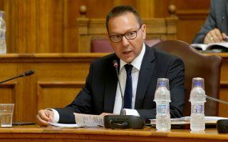 Υψηλόβαθμα στελέχη της Τράπεζας της Ελλάδος και ο διοικητής της, Γιάννης Στουρνάρας, εκτιμούν ότι σε βάθος χρόνου μπορεί να επιστρέψουν από τα «σεντούκια» στο τραπεζικό σύστημα έως και 15 δισ. ευρώ.