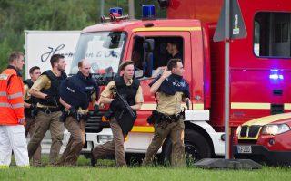 Γερμανοί αστυνομικοί σπεύδουν στο σημείο επίθεσης στο εμπορικό κέντρο Olympia στο Μόναχο, κοντά στο Ολυμπιακό Στάδιο, το απόγευμα της Παρασκευής. Από εκείνη την ώρα, τα βλέμματα της διεθνούς κοινότητας έχουν στραφεί στην πρωτεύουσα της Βαυαρίας, καθώς ο τρόμος επεκτείνεται πλέον, από τη Γαλλία και το Βέλγιο, και στη Γερμανία. Οι Αρχές στο Μόναχο βρίσκονται ακόμη σε κατάσταση συναγερμού. Ο δράστης, ένας 18χρονος ιρανικής καταγωγής, είχε γεννηθεί στη Γερμανία. Ο τελικός απολογισμός: 9 νεκροί και 21 τραυματίες.