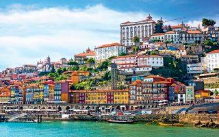 Η ιστορική συνοικία Ribeira, όπως φαίνεται από τις όχθες του ποταμού Douro, συνιστά εμβληματική εικόνα του Πόρτο. (Φωτογραφία: Shutterstock)