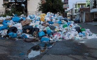 Ενώ τα σκουπίδια στους δρόμους των πόλεων της Πελοποννήσου στοιβάζονται, οι δήμοι αναμένουν την τελική απόφαση της κυβέρνησης για το σχέδιο που έχουν υποβάλει.