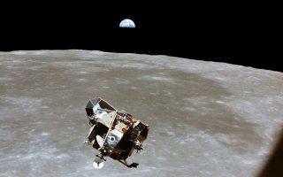 Ο Μ. Κόλινς φωτογραφίζει από τον θαλαμίσκο «Κολούμπια» τη σεληνάκατο «Αετός», στην οποία επιβαίνουν Αρμστρονγκ και Ολντριν. Στο βάθος, η Γη μας.
