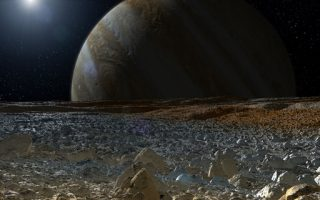 Σκηνή από την ταινία «Europa Report» (2013), όπου μια ομάδα αστροναυτών επιχειρεί να ερευνήσει τους ωκεανούς της Ευρώπης και εξολοθρεύεται από εξωγήινη μορφή ζωής που ζει στο νερό.