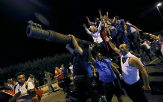 O Ερντογάν θα διαπράξει μοιραίο σφάλμα αν υπερτιμήσει τη δύναμή του, λησμονώντας ότι αν διατήρησε όχι μόνο την εξουσία, αλλά και αυτό το κεφάλι του, το οφείλει κατά κύριο λόγο στα πλήθη των πολιτών που υπερασπίστηκαν τη δημοκρατία στους δρόμους.