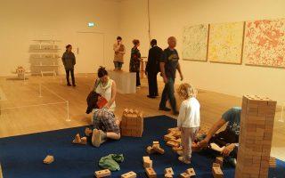 Ενας παιδότοπος - εγκατάσταση βρίσκεται ανάμεσα στα εκθέματα που συναντά κανείς στις αίθουσες της νέας Tate.
