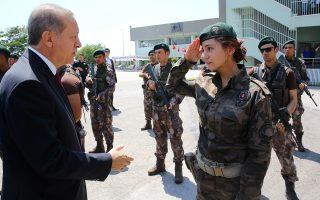Ο Τούρκος πρόεδρος Ταγίπ Ερντογάν, κατά την επίσκεψή του στα γραφεία των ειδικών δυνάμεων της αστυνομίας στην Αγκυρα, την περασμένη Παρασκευή.