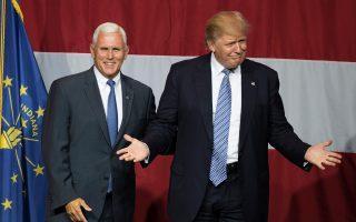 Ο Μάικ Πενς (αριστερά) με τον Ντόναλντ Τραμπ. Ο πολιτικός από την Ιντιάνα θα προσδώσει στον Τραμπ πολύ σημαντική διοικητική εμπειρία.