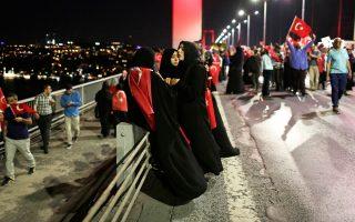 Οι ήχοι της Πόλης τα βράδια του Ιουλίου έχουν πια αλλάξει. Στην πλατεία Ταξίμ και στις γέφυρες του Bοσπόρου (φωτ.) συγκεντρώνονται κάθε βράδυ οπαδοί του Ερντογάν με κόκκινες σημαίες και γυναίκες με σκουρόχρωμες μαντίλες φωνάζοντας Allahu Akbar – ο Θεός είναι μεγάλος.