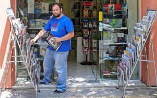 Ο Γ. Τάσος έξω από τον «Βιβλιοστάτη». Αγωνίστηκε επί τρία χρόνια, τώρα βάζει λουκέτο. Περάσαμε πολύ όμορφα στο βιβλιοπωλείο του. Θα μας λείψει.