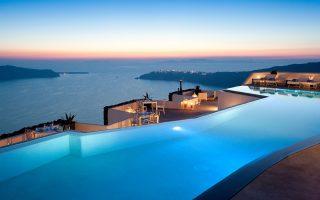 Τα έσοδα των ξενοδοχείων πολυτελείας εμφάνισαν αύξηση κατά 19,7% και των ξενοδοχείων Β΄ κατηγορίας κατά 14,3%.