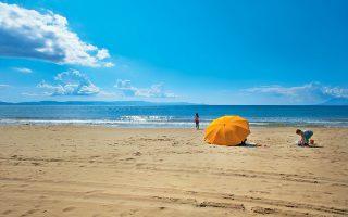 Oσο κόσμο κι αν έχει η παραλία του Κάστρου, σίγουρα θα βρείτε μια ήσυχη γωνιά για να απολαύσετε το μπάνιο σας. (Φωτογραφία: ΚΛΑΙΡΗ ΜΟΥΣΤΑΦΕΛΛΟΥ)