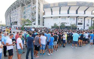 Από χθες το πρωί σχηματίστηκαν ουρές δεκάδων μέτρων έξω από τα εκδοτήρια στο γήπεδο του ΠΑΟΚ.
