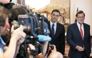 Τόσο κοντά αλλά τόσο μακριά. Ο Ισπανός υπηρεσιακός πρωθυπουργός Μαριάνο Ραχόι (δεξιά) και ο επικεφαλής των Σοσιαλιστών Πέδρο Σάντσες εξέρχονται από ακόμη μία άκαρπη συνάντηση. Ο Συντηρητικός ηγέτης προειδοποίησε χθες ότι, εφόσον οι Σοσιαλιστές επιμείνουν να αρνούνται κυβερνητική συνεργασία, η μόνη λύση είναι η προσφυγή στις κάλπες. Σε αυτή την περίπτωση, θα πρόκειται για την τρίτη διαδοχική αναμέτρηση σε διάστημα ενός έτους, καθώς η Ισπανία παραμένει χωρίς κυβέρνηση από πέρυσι τον Δεκέμβριο. Πάντως, τα χρονικά περιθώρια συνεννόησης δεν έχουν εξαντληθεί, με τους αναλυτές να αναμένουν εξελίξεις τον Σεπτέμβριο.