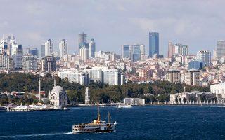 Σύμφωνα με την τουρκική κυβέρνηση, οι οικονομικές επιπτώσεις από την απόπειρα του πραξικοπήματος υπολογίζονται στα 300 δισ. τουρκικές λίρες ή 100 δισ. δολάρια, ενώ αναλυτές της αγοράς προειδοποιούν για τις συνέπειες στον τουρισμό, οι οποίες είναι ήδη εμφανείς.