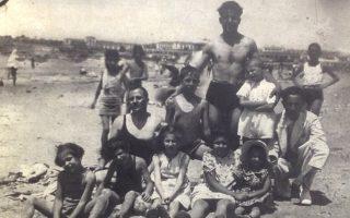 Οικογενειακή φωτογραφία στη διάρκεια του Μεσοπολέμου σε παραλία της Βούλας. Τα πρόσωπα είναι όλα καταγεγραμμένα.