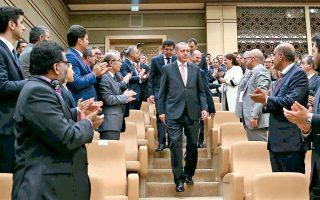 Ο Ταγίπ Ερντογάν χειροκροτείται καθώς προσέρχεται σε χθεσινή συνάντηση με ξένους επενδυτές στην Αγκυρα.