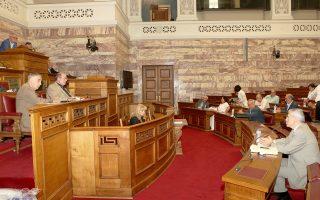 Ο υπουργός Παιδείας Νίκος Φίλης μαζί με τον υφυπουργό Θεοδόση Πελεγρίνη, κατά τη χθεσινή συζήτηση επί του νομοσχεδίου στη Βουλή.