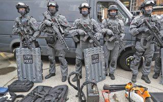Με τον εξοπλισμό τους, που περιλαμβάνει συσκευές ηλεκτρονικής παρακολούθησης, αλλά και τροχούς κοπής, ποζάρουν στον φακό μέλη της ειδικής αντιτρομοκρατικής μονάδας της Μητροπολιτικής Αστυνομίας του Λονδίνου.