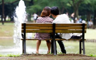Μπορεί να κάθονται αγκαλιασμένοι στο ίδιο παγκάκι, αλλά, όπως αναφέρει αμερικανική έρευνα, οι νέοι, από 18 έως 24 ετών, είναι οι λιγότεροι σεξουαλικώς ενεργοί συγκριτικά με αυτούς των περασμένων γενεών, με εξαίρεση τη γενιά της Μεγάλης Υφεσης (1920). Οι ειδικοί επισημαίνουν ότι τα παιδιά γυρίζουν την πλάτη στο σεξ λόγω της σεξουαλικής διαπαιδαγώγησης, της καλύτερης επίγνωσης των κινδύνων των σεξουαλικώς μεταδιδόμενων νοσημάτων και της εύκολης πρόσβασης στην πορνογραφία.