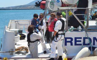 Διασωθέντες πρόσφυγες αποβιβάζονται στο λιμάνι της Μυτιλήνης. Χθες, 62 άτομα έφθασαν στο νησί.