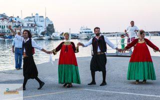 «Η φορεσιά μας, ολομέταξη και χρυσοκέντητη με δώδεκα μέτρα ύφασμα, είναι μία από τις πλουσιότερες σε όλη την Ελλάδα», εξηγεί στην «Κ» η Κωνσταντίνα Αγγελάτου.