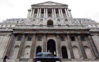 Η Tράπεζα της Αγγλίας μείωσε το βασικό επιτόκιο δανεισμού κατά 25 μονάδες βάσης, στο 0,25%, και παρουσίασε πρόγραμμα αγοράς κρατικών ομολόγων 70 δισ. ευρώ το επόμενο εξάμηνο, σε μια προσπάθεια να περιορίσει τις οικονομικές συνέπειες του Brexit.