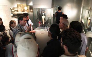 Οι επισκέψεις στο μουσείο γίνονται με ξεναγό και διερμηνέα, σε ομάδες 15 με 20 ατόμων.