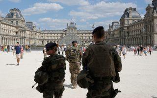 Γάλλοι στρατιώτες των ειδικών δυνάμεων περιπολούν στον αύλειο χώρο του Μουσείου Λούβρου στο Παρίσι.