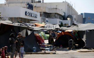 Στο αεροδρόμιο του Ελληνικού, ο καταυλισμός των προσφύγων θυμίζει παραγκούπολη