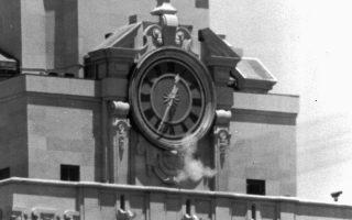 Σκόνη από τις σφαίρες της αστυνομίας εναντίον του κρυμμένου στο καμπαναριό του Πανεπιστημίου του Τέξας, Τσ. Ουίτμαν, την 1 Αυγούστου 1966.
