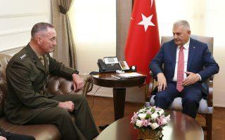 Ο Τούρκος πρωθυπουργός Μπιναλί Γιλντιρίμ συνομιλεί με τον αρχηγό του γενικού επιτελείου των αμερικανικών ενόπλων δυνάμεων, στρατηγό Τζόζεφ Ντάνφορντ, ο οποίος επισκέφθηκε την Αγκυρα για να εκφράσει την «απερίφραστη καταδίκη» των ΗΠΑ για την απόπειρα πραξικοπήματος της 15ης Ιουλίου. Μετά το αποτυχημένο πραξικόπημα, ο Τούρκος πρόεδρος Ερντογάν έχει αποφασίσει να θέσει υπό άμεσο έλεγχο τον τουρκικό στρατό και την υπηρεσία πληροφοριών ΜΙΤ.