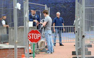 Κιγκλιδώματα και ενισχυμένη φρουρά υποδέχονταν χθες τους επισκέπτες  στην αστυνομική διεύθυνση  του Σαρλερουά.