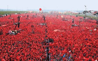 Στο πλήθος στο Γενί Καπί της Κωνσταντινούπολης δεν απευθύνθηκε μόνο ο Ερντογάν, αλλά και οι ηγέτες των κομμάτων της αντιπολίτευσης, πλην του φιλοκουρδικού ΗDP.