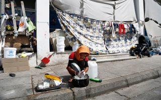 Ενα παιδί μπροστά από τη σκηνή του στον καταυλισμό του Ελληνικού.