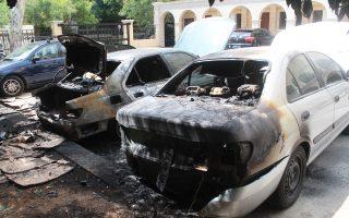 Ζημιές προκλήθηκαν σε δύο σταθμευμένα οχήματα, στο προαύλιο της Μονής Πετράκης στο Κολωνάκι.